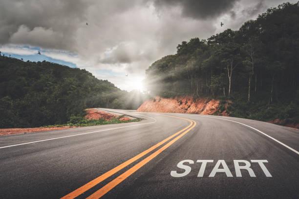 start point auf dem weg des geschäfts oder ihres lebenserfolgs. der anfang zum sieg. - anfang stock-fotos und bilder