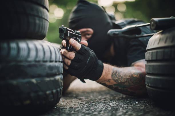 zeigt eine pistole - wächter tattoo stock-fotos und bilder