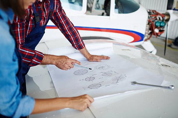 スケッチを指す - 航空整備士 ストックフォトと画像