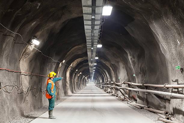 weisen nach unten in einem tunnel/mine - tunnel stock-fotos und bilder