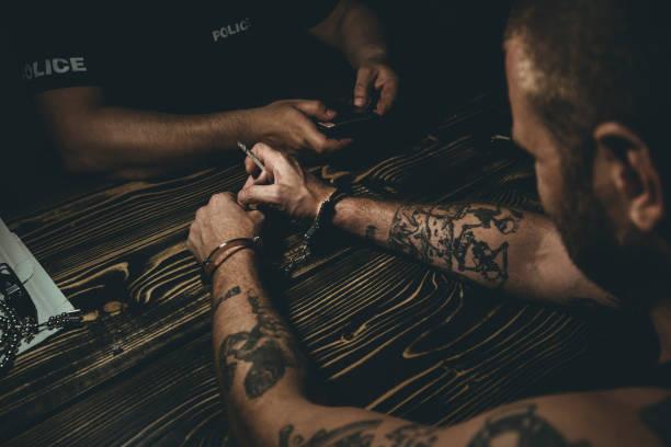 hinweis auf den kriminellen - wächter tattoo stock-fotos und bilder
