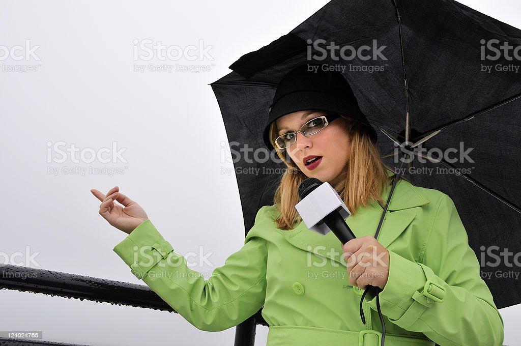 Apontando Weathergirl relatórios sobre a chuva - foto de acervo