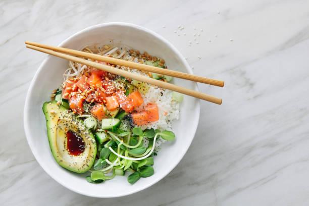 poke schalen mit ponzu-dressing - hawaiianischer salat stock-fotos und bilder