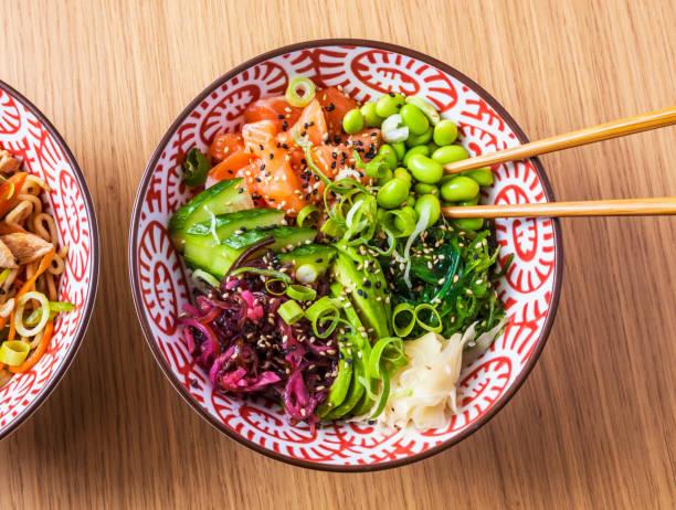 poke-gericht - hawaiianischer salat stock-fotos und bilder