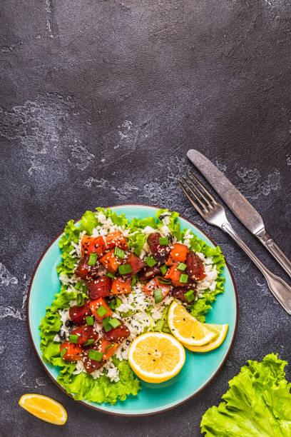 poke, traditionelle hawaiianische roher fischsalat - hawaiianischer salat stock-fotos und bilder