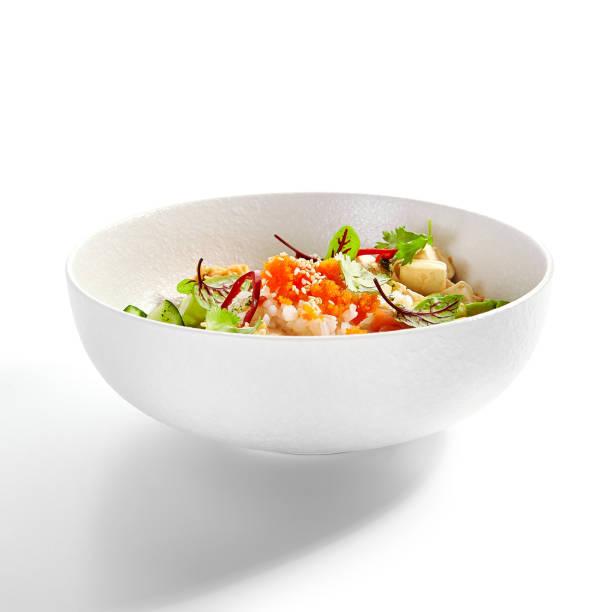 Poke mit Lachs, geschnitten Avocado und Tofu Seitenansicht – Foto