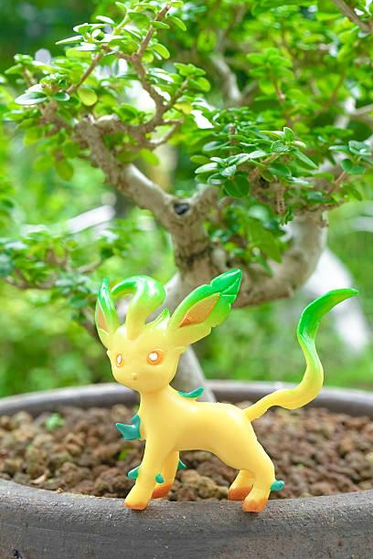 pokemon go game - leafeon figure - pflanzen pokemon stock-fotos und bilder