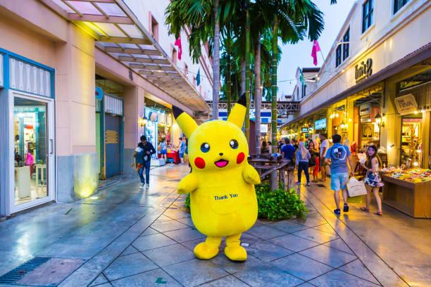 pokemon pikachu maskottchen steht gruß kunden bei asiatique, bangkok, thailand - cartoon kostüme stock-fotos und bilder