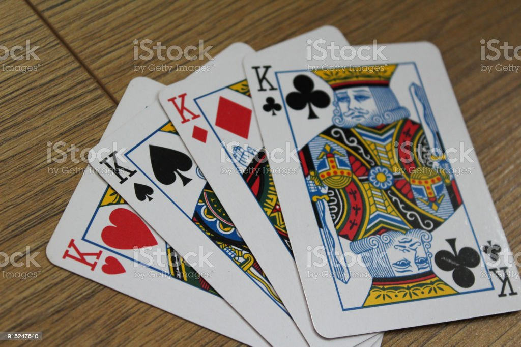 cartas de Poker en un fondo de madera, set de as de clubs, diamantes, picas y corazones - foto de stock