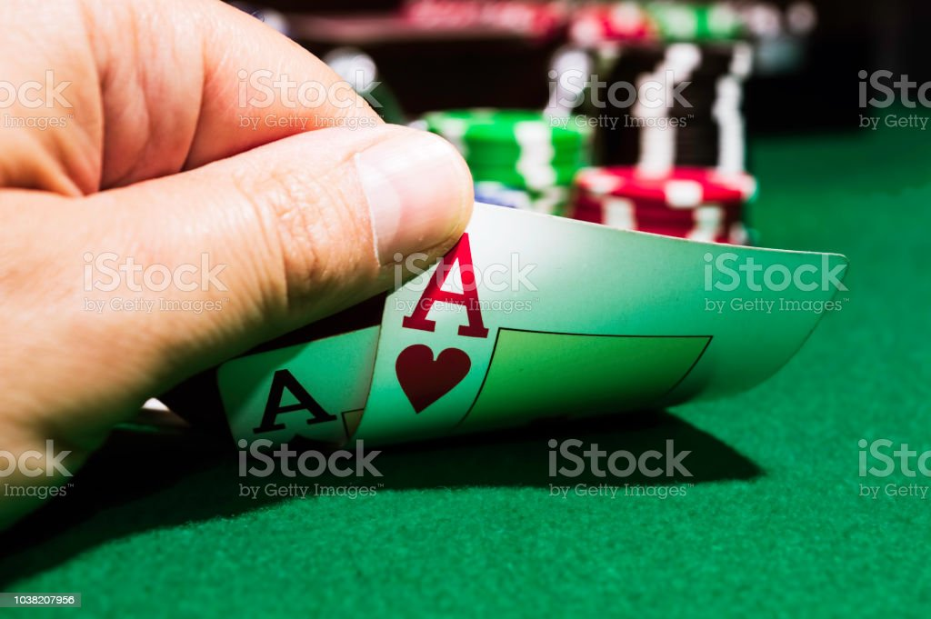 poker chips and ace of spades and ace of hearts on a green mat – zdjęcie