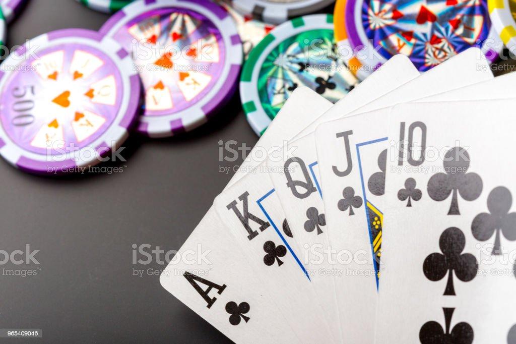 poker chips and cards on black background zbiór zdjęć royalty-free