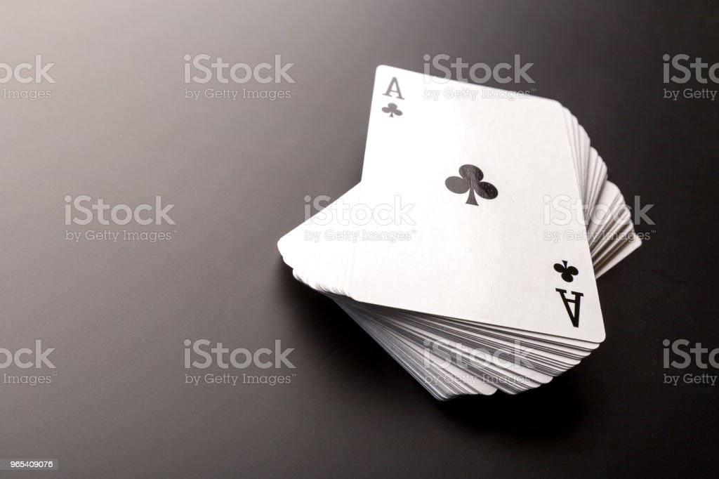 poker chips and cards on black background zbiór zdjęć royalty-free