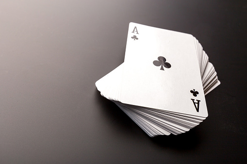 포커 칩과 검은 배경에 카드 0명에 대한 스톡 사진 및 기타 이미지
