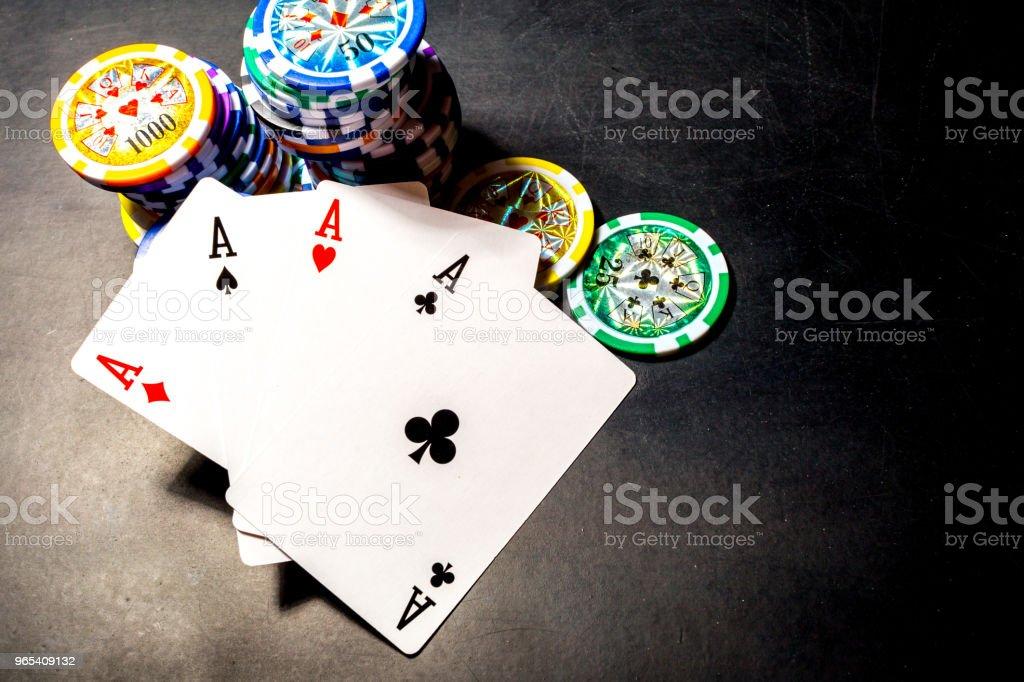 黑色背景撲克晶片和卡片 - 免版稅休閒遊戲圖庫照片