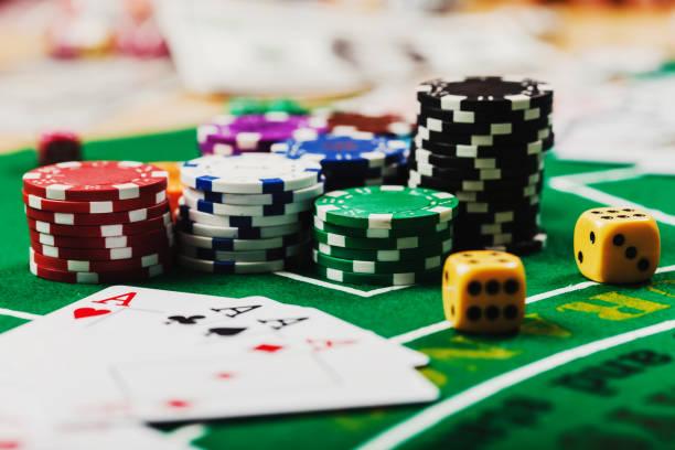 pokermarker bord i casino. kort på grön filt casino bord - black jack bildbanksfoton och bilder