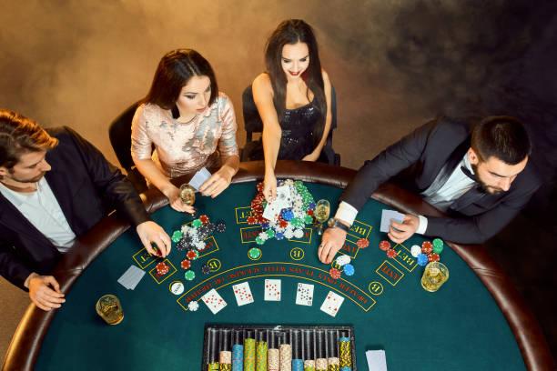 pokerspelare som sitter runt ett bord på ett casino. ovanifrån - black jack bildbanksfoton och bilder