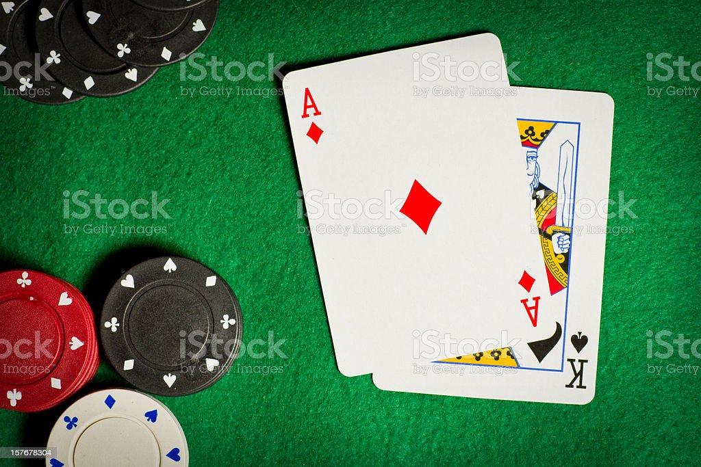 Tavolo da gioco d'azzardo Poker trucioli e due schede - foto stock