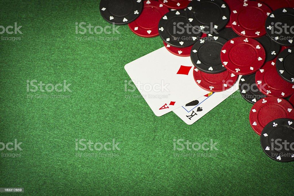 Стол и азартные игры фишки для покера и две карты в их стоковое фото