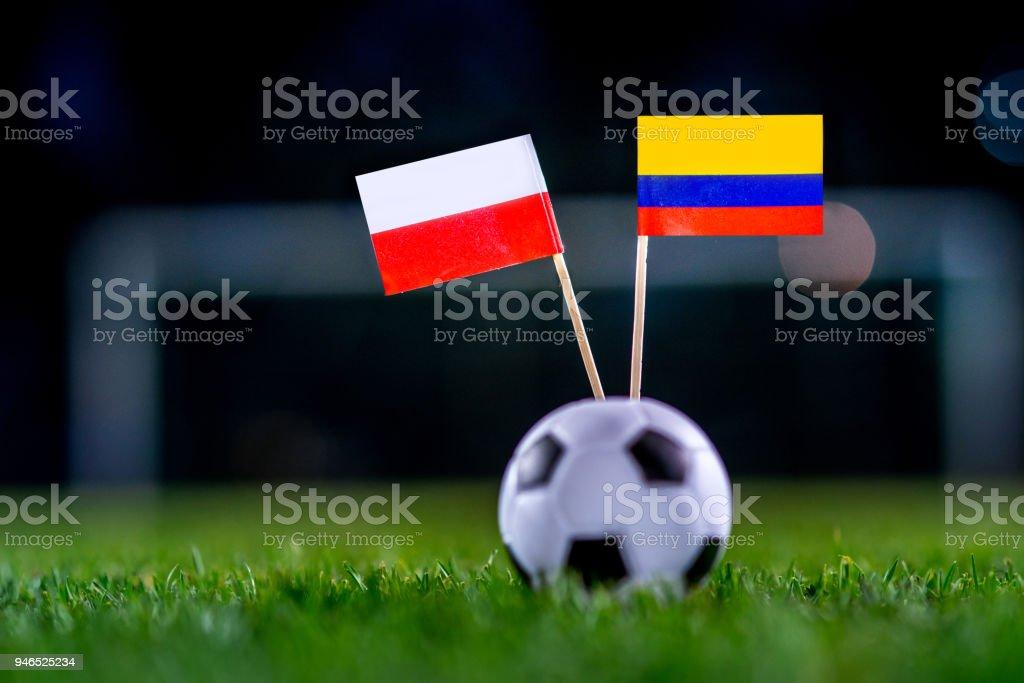 Polonia - Colombia, grupo H, Domingo, 24. Junio, fútbol, mundial, Rusia 2018, banderas nacionales sobre la verde hierba, blanco pelota de futbol en la tierra. - foto de stock