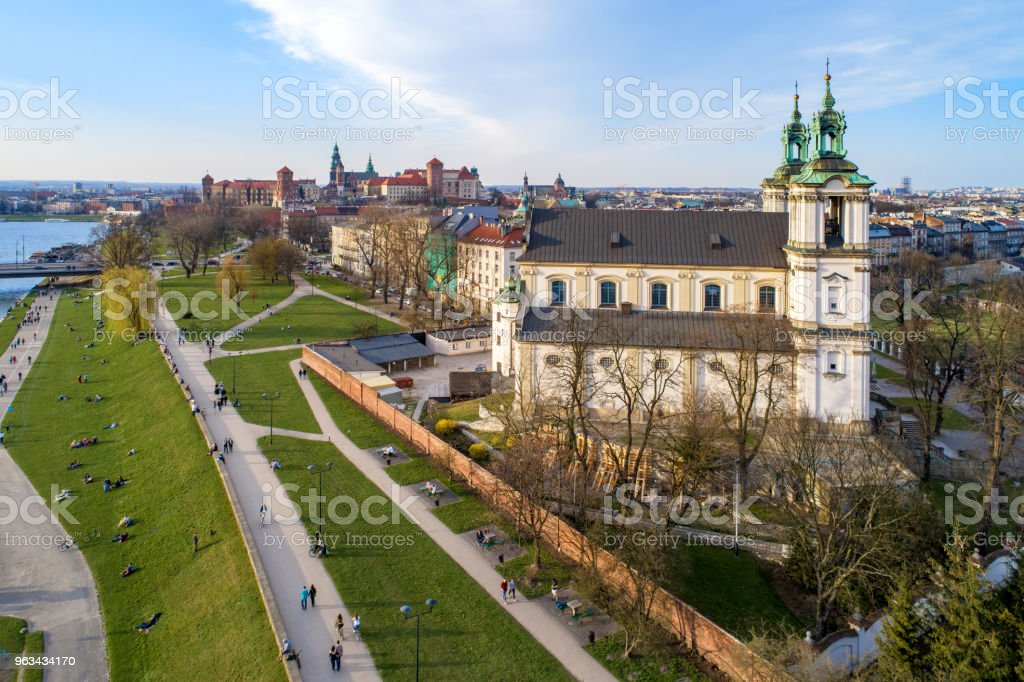 Pologne. Skyline de Krakow avec église Skalka, colline de Wawel et la Vistule - Photo de Architecture libre de droits