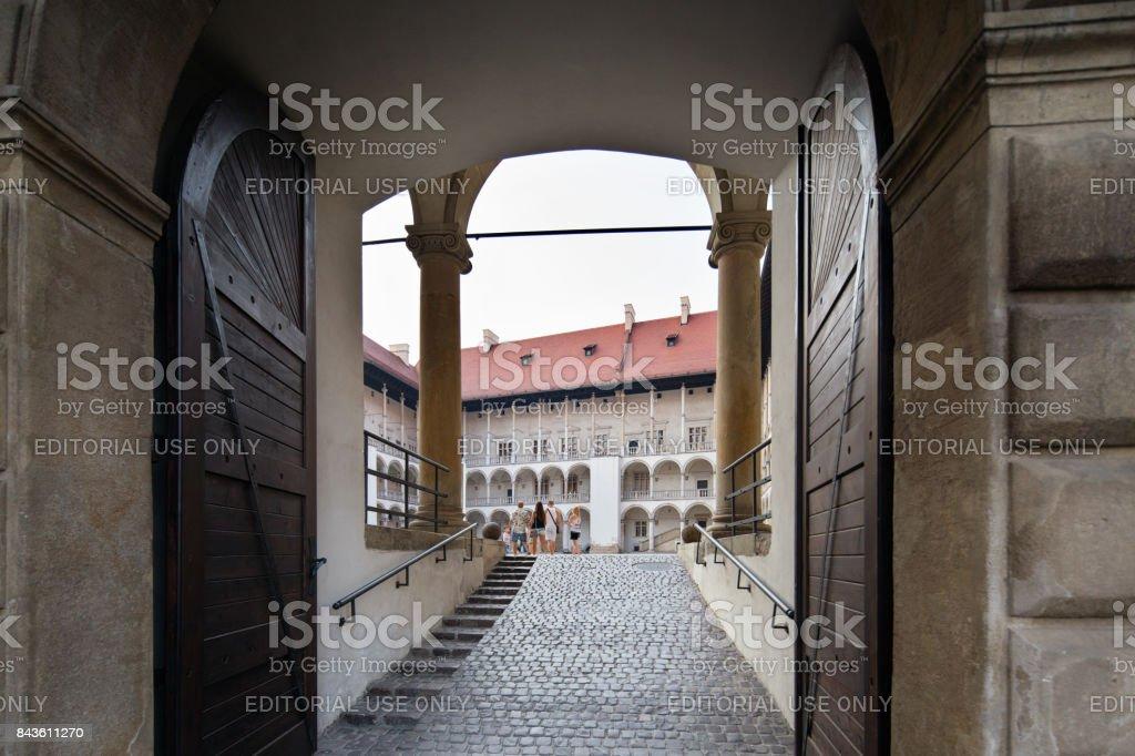 Poland, Krakow. Wawel Castle's gate. - Foto stock royalty-free di Ambientazione esterna