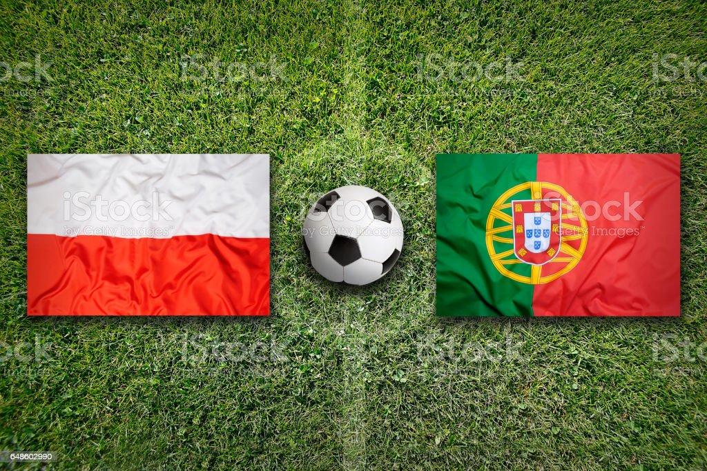Polen vs. Portugal Fahnen auf Fußballplatz – Foto