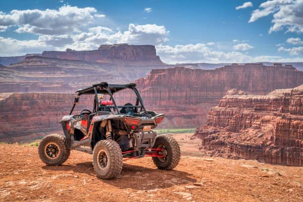 polaris rzr atv op kip hoek 4wd trail in de buurt van moab - moab utah stockfoto's en -beelden