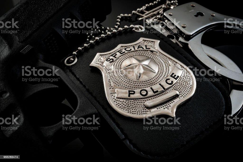 Polizei Abzeichen, Handschellen und Pistole – Foto