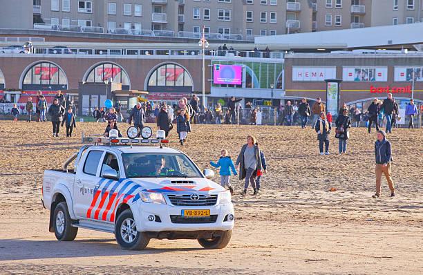 polizei auto am strand am ersten januari, niederlande - feiertage holland 2016 stock-fotos und bilder