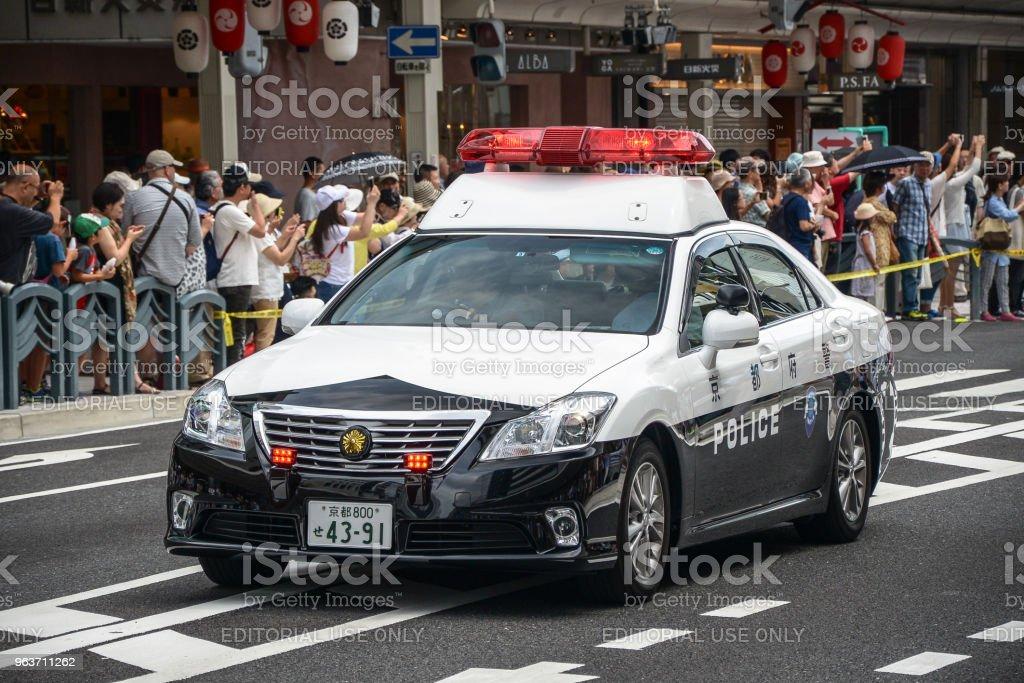 Polizeiauto des Gion Matsuri Festivals am heißen Sommertag in Kyoto. – Foto