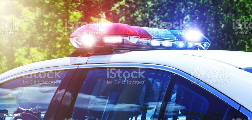 Voiture de police en mettant l'accent sur les lumières de la sirène. Lumières de belle sirène activées dans l'activité de la mission complète. Place de policiers avec la voiture de patrouille en opération d'intervention au crime. Feux d'urg - Photo