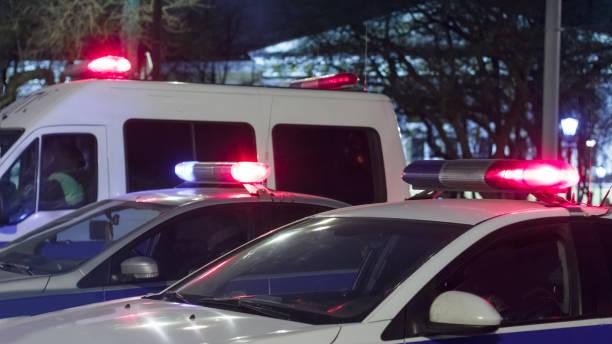 coches de policía en la noche en la calle - foto de stock