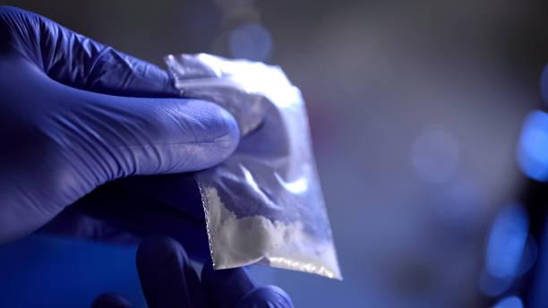 politie voert forensische analyse van heroïne, bestrijding van drugshandel - amfetamine stockfoto's en -beelden