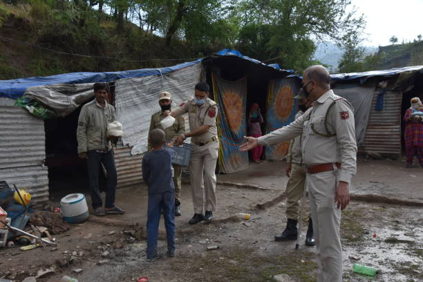 Police distributing dry ration to the needy non local labourers in Poonch of jammu and kashmir amid of COvid 19 Police distributing dry ration to the needy non local labourers in Poonch of jammu and kashmir amid of COvid 19 amid stock pictures, royalty-free photos & images