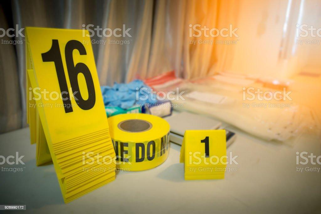 Polizei-Linie und Beweise Marker mit Forencsic Wissenschaft Tool Hintergrund auf Tisch für Verbrechen-Szene-Konzept – Foto
