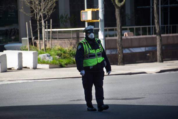 警察 - nypd役員 - フロントラインワーカー、covid-19 - corona newyork ストックフォトと画像