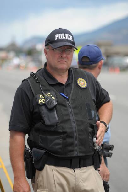 polizist am tatort - kevlar weste stock-fotos und bilder