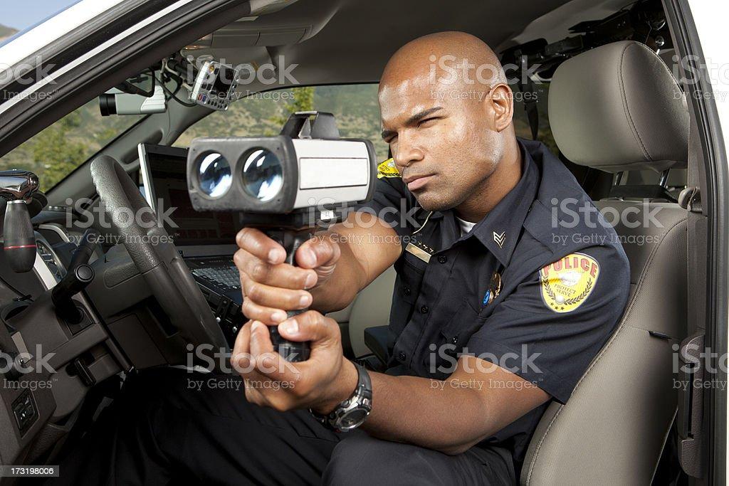 Ufficiale di polizia di controllare la velocità del veicolo con radar gun - foto stock