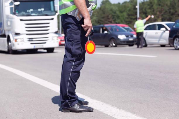 Polizeibeamte kontrollieren Verkehr auf der Autobahn – Foto