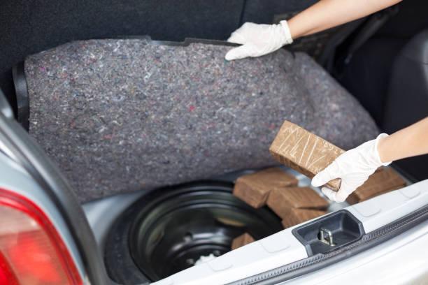 Polizist hält Drogenpaket im Kofferraum eines Autos entdeckt – Foto
