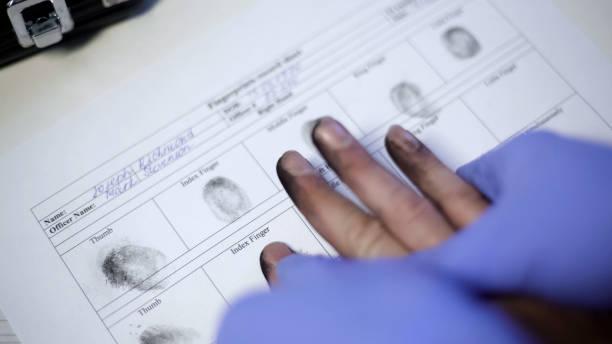polis tjänsteman i examen handskar tar finger avtryck från misstänkta, händer närbild - penetrating bildbanksfoton och bilder