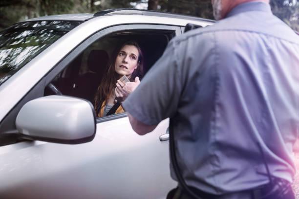 der verkehr polizist stop - führerschein stock-fotos und bilder