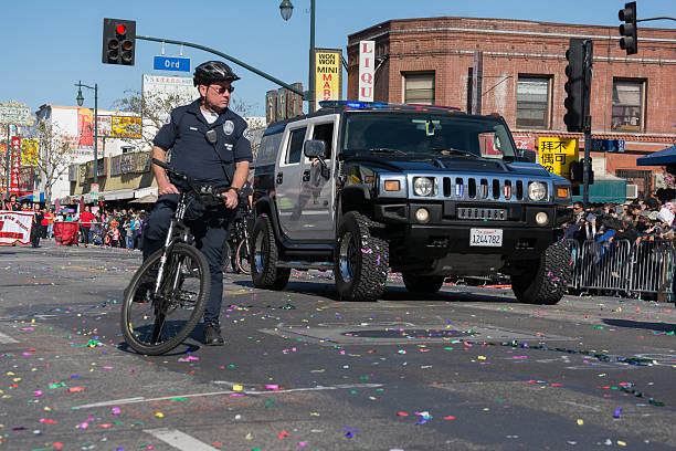Officier de police sur vélo et Hummer Voiture de police - Photo
