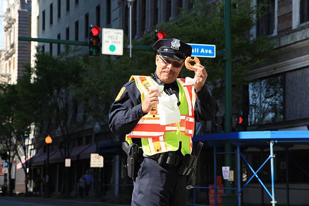 oficial de policía de descanso - feliz dia del policia fotografías e imágenes de stock