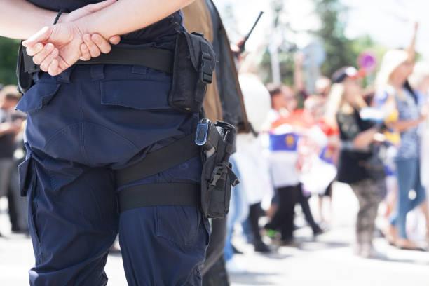 데모 중에 경찰 - 무기 뉴스 사진 이미지
