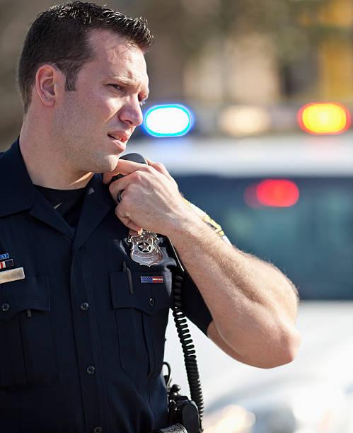 ufficiale di polizia sulla radio - talk in a radio foto e immagini stock