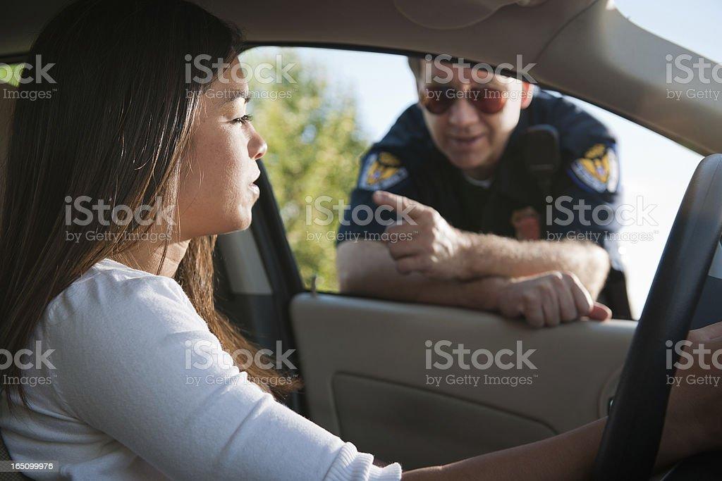 Ufficiale di polizia rimprovero femmina Driver - foto stock