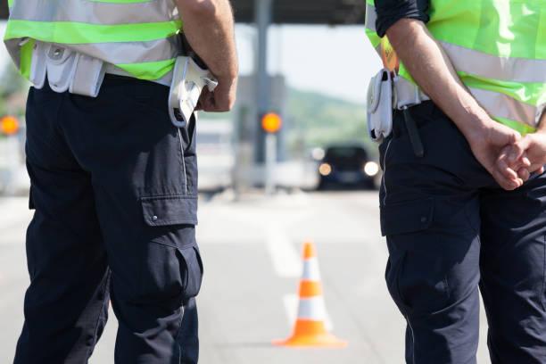 Polizisten kontrollieren den Verkehr auf der Autobahn – Foto
