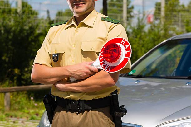polizisten in polizei-auto oder cop haltestelle - geschwindigkeitskontrolle stock-fotos und bilder