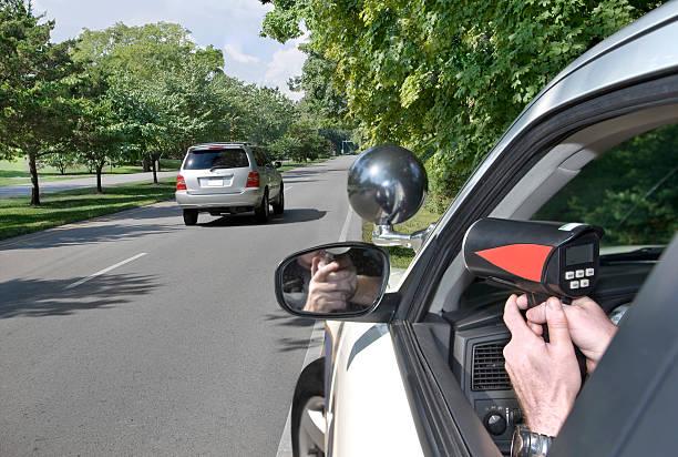 polizei radar - geschwindigkeitskontrolle stock-fotos und bilder